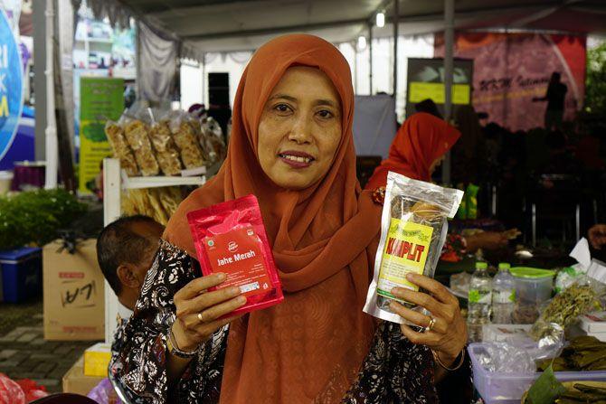 Bu Umi, salah satu  peserta stand menjual berbagai jamu dan minuman tradisional