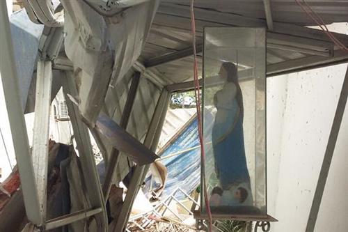 Bức tượng Đức Maria không hề hấn gì sau trậng động đất tại Ecuador