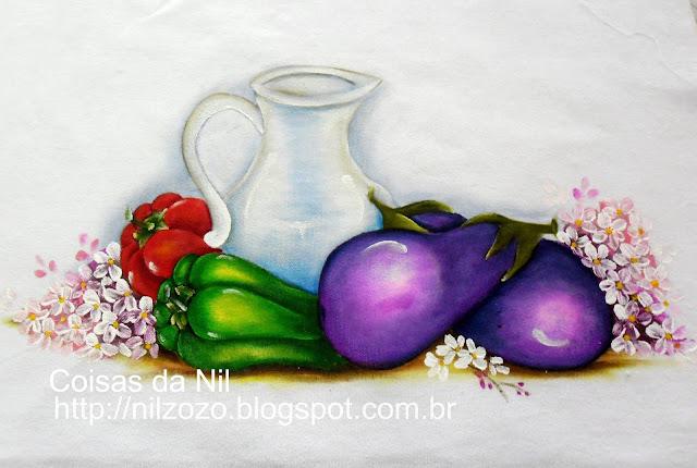pintura de jarro de vidro com beringelas e pimentões