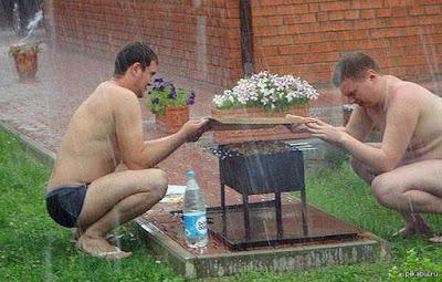 Lustiges Männer Bild - Grillen bei Regen