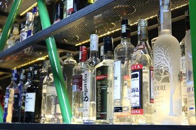 Các loại rượu trong quầy Bar