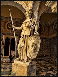 En esculturas, Atenea siempre porta el gorgoneion (cabeza de medusa) en su escudo