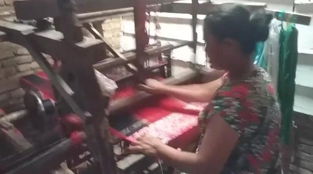 Kasihan Penenun Ulos ini, Tak Sanggup Beli Alat Tenun Baru Karena Masalah Ekonomi