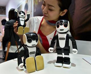 بالفيديو هاتف على شكل روبوت يتفاعل ويتحدث مع المستخدم
