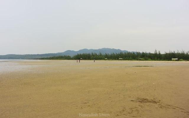 Hamparan pasir di pantai Dasun