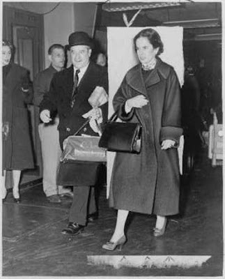 Уна О'Нил Чаплин и Артур Келли в международном аэропорту Нью-Йорка, ноябрь 1952 г.