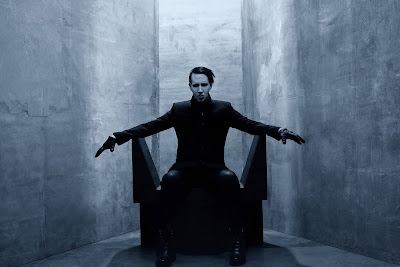 Marilyn Manson sentado en su trono Dark