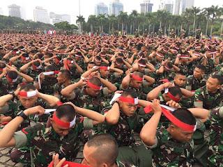 Kompak !! Dengan Ikat Kepala Merah Putih Ribuan Personel TNI Dan Polri Ikuti Acara Apel Nusantara Bersatu di Monas - Commando
