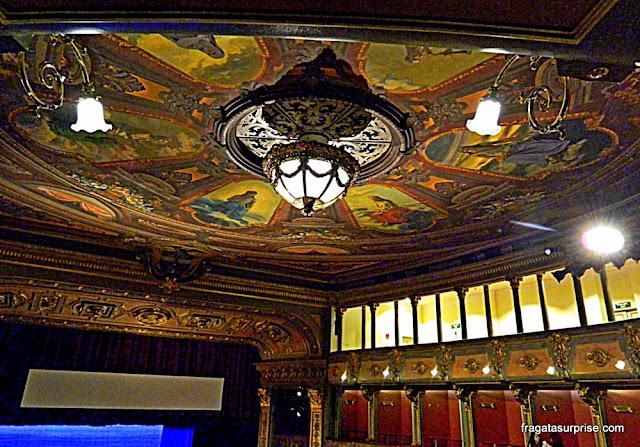 Decoração do forro da sala de espetáculos do Teatro Colón de Bogotá