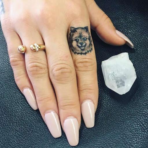Este pequeno dedo tat