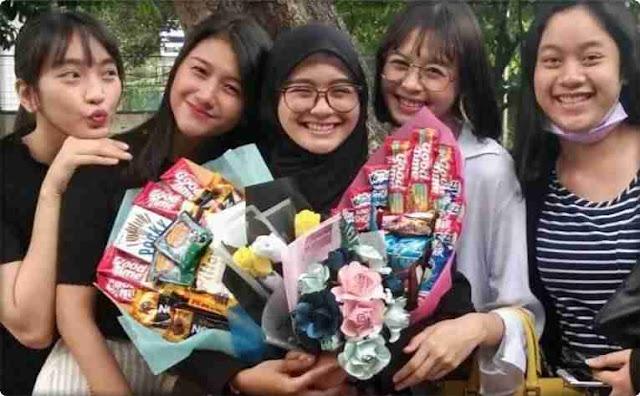 Ikha Lulus JKT48 Grad Keluar Riskha Fairunissa.jpg