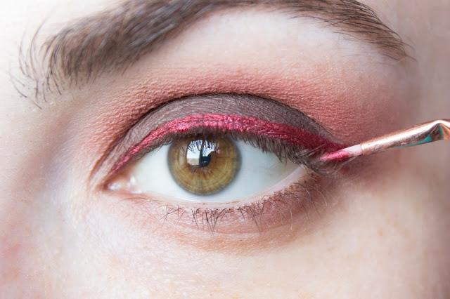 Макияж глаз с красным акцентом: шаг 5