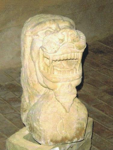 Roi stylisé en pierre de Sabran par Jean Papini