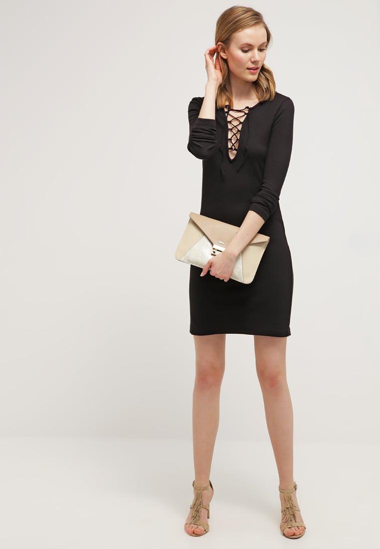 czarna sukienka, wiązana na dekolcie