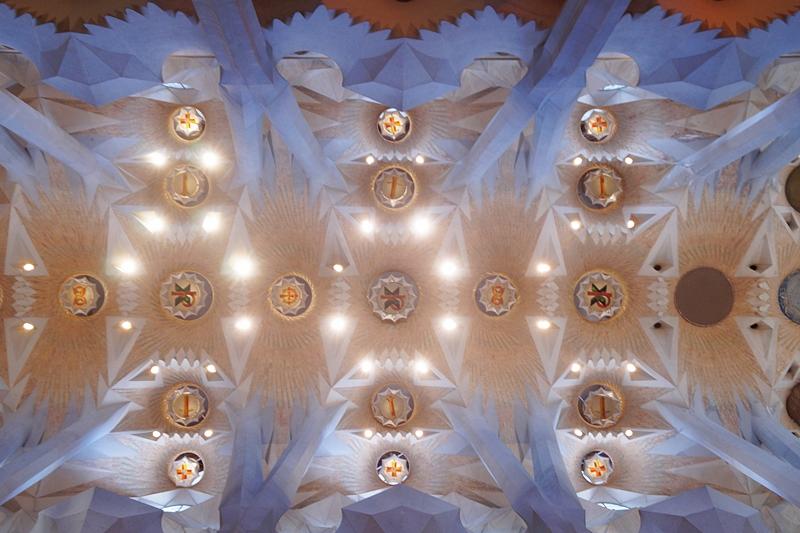 Sagrada Familia Gaudi Barcelona Kathedrale Innenraum Decke Sommerurlaub Spanien Sehenswürdigkeiten Reisetipps