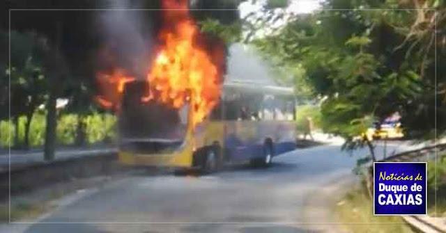 Ônibus pega fogo na linha vermelha em Duque de Caxias 2