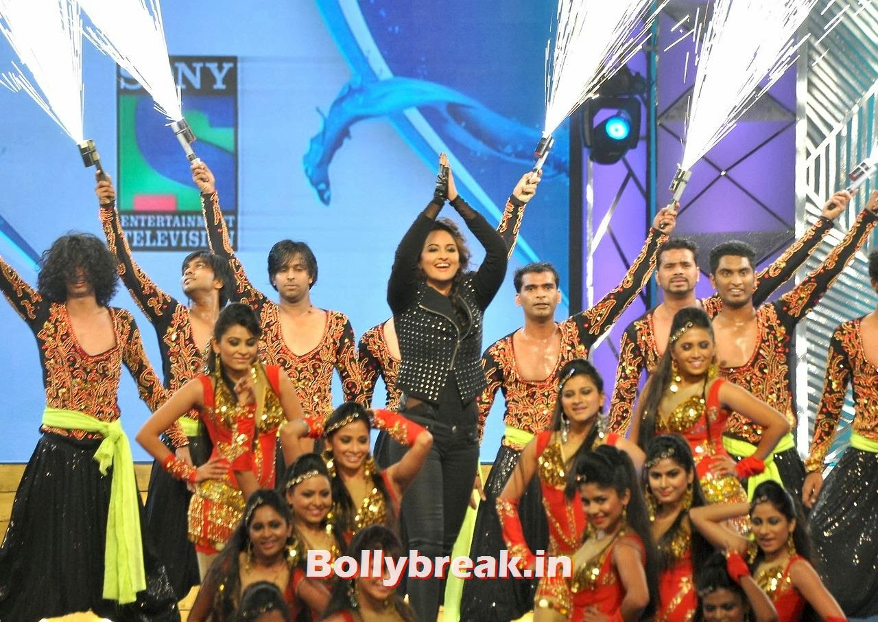 Sonakshi Sinha, Bollywood Stars performing on stage at Police Umang 2014 - HD Pics