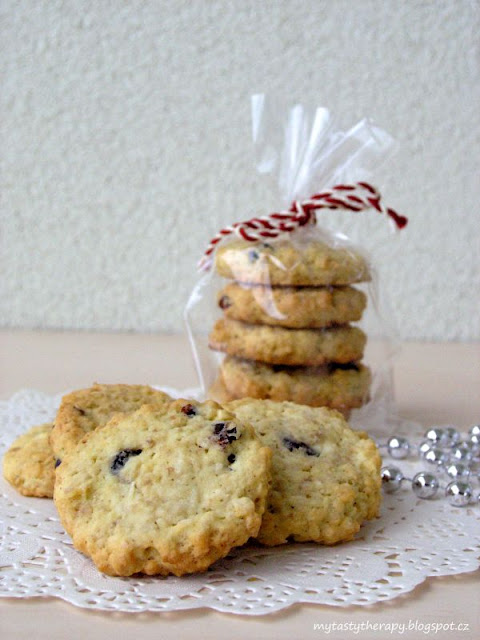 oatmeal cookies with coconut and cranberries