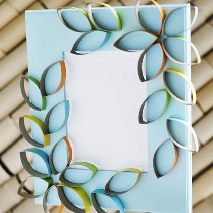 14. Bingkai foto kreatif terbuat dari potongan kertas bekas tissue roll