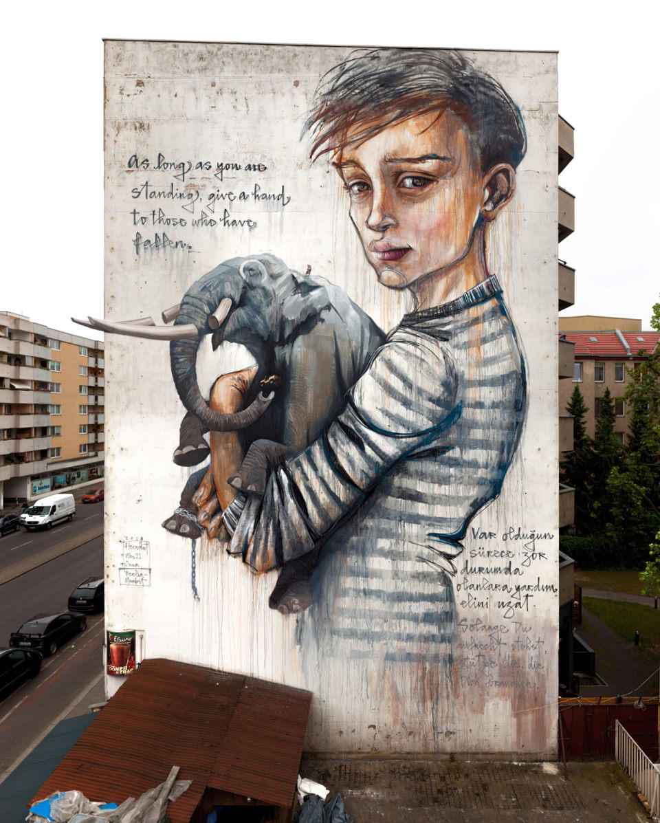 Beste Streetart von Herakut, Wes21 and Onur für Berlin Mural Festival | As Long As You Are Standing, Give a Hand To Those Who Have Fallen