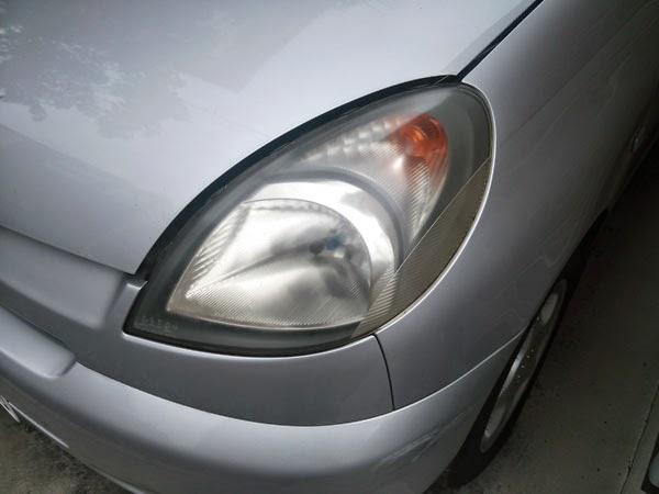 ファンカーゴの黄ばんだヘッドライトレンズ。このままでは車検に通りません。