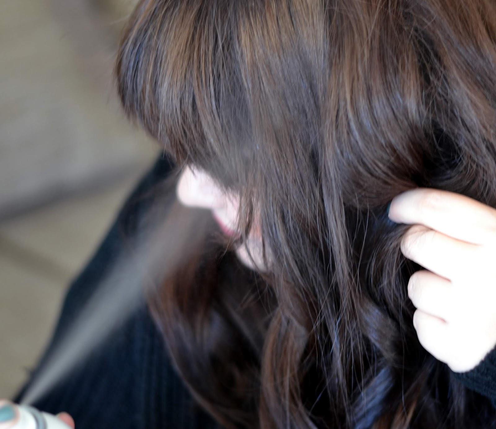 Natočené prameny přestříkávám tužícím přípravek i v průběhu vlnění. Žehlička  na vlasy ... 5f3ad38e418