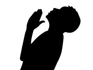 Silueta de chico rezando