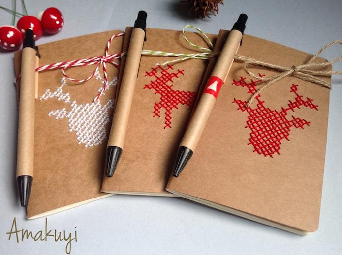 libreta navideña con tapa bordada con motivos navideños a punto de cruz