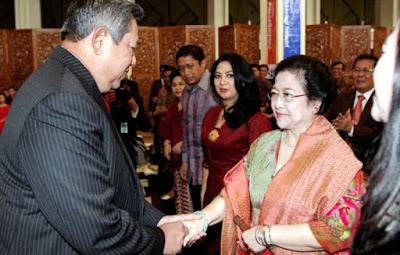 Susilo Bambang Yudhoyono bersalaman dengan megawati soekarnoputri