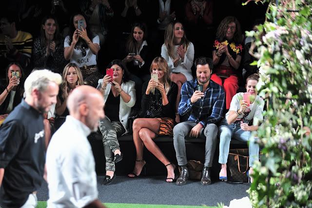Los famosos del front row inmortalizando a los diseñadores de Alvarno en el final de su desfile