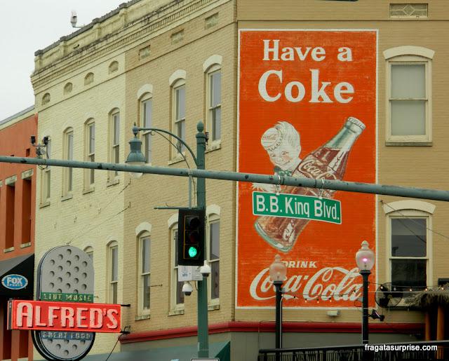Cruzamento da Beale Street com o Bulevar BB King, em Memphis