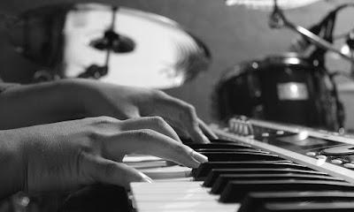 Un vídeo de cómo tocar un instrumento beneficia a tu cerebro