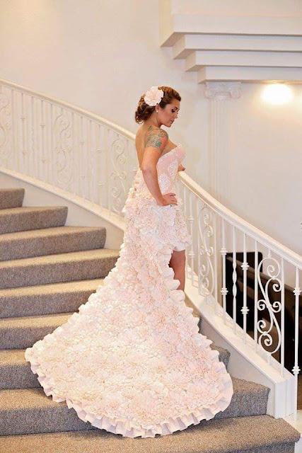 Chiếc váy được làm từ giấy cuộn vệ sinh của Amber.