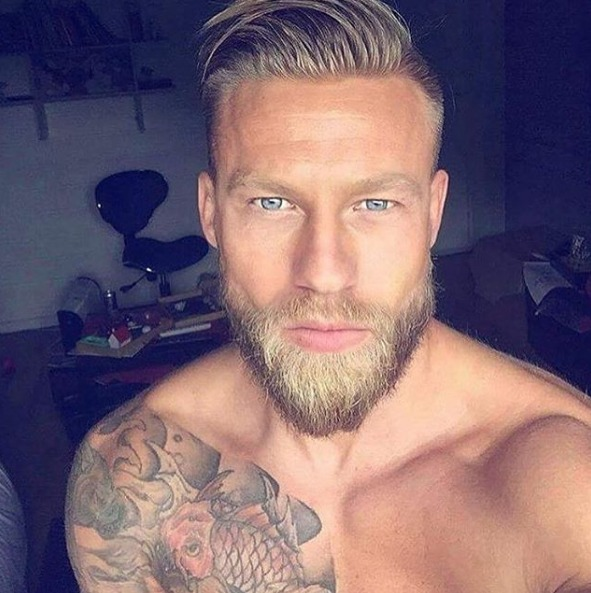 Imagen de un hombre con tatuajes de carpas
