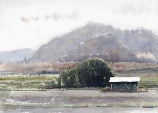 千葉県の田園風景 冬の畑に作業小屋、背景は小高い丘と山です。