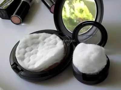 ضع وسادة قطنية أو كرة قطنية إضافية في مساحيق التجميل الخاصة بك للحفاظ عليها