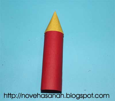 langkah berikutnya adalah menyambungkan bagian roket yang berbentuk kerucut (kepala roket atau bagian depan roket) dengan bagian badan roket yang berbentuk tabung