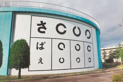 巨大視力検査表出現 鯖江市上水道管理センター