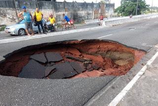 Cratera se abre no bairro do Varadouro e vias serão interditadas