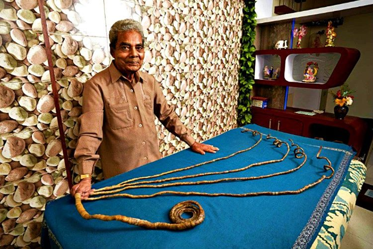 Shridhar Chillal dünyanın en uzun tırnaklı adamıdır. Tırnakların uzunluğu 9 metre civarındadır.