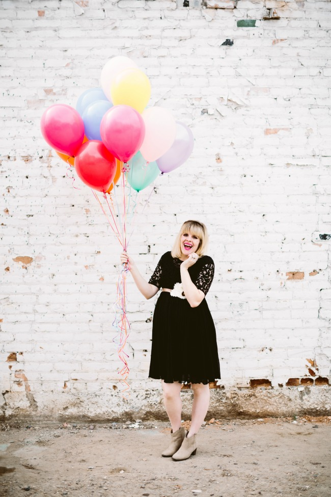 maternity photo shoot with balloons
