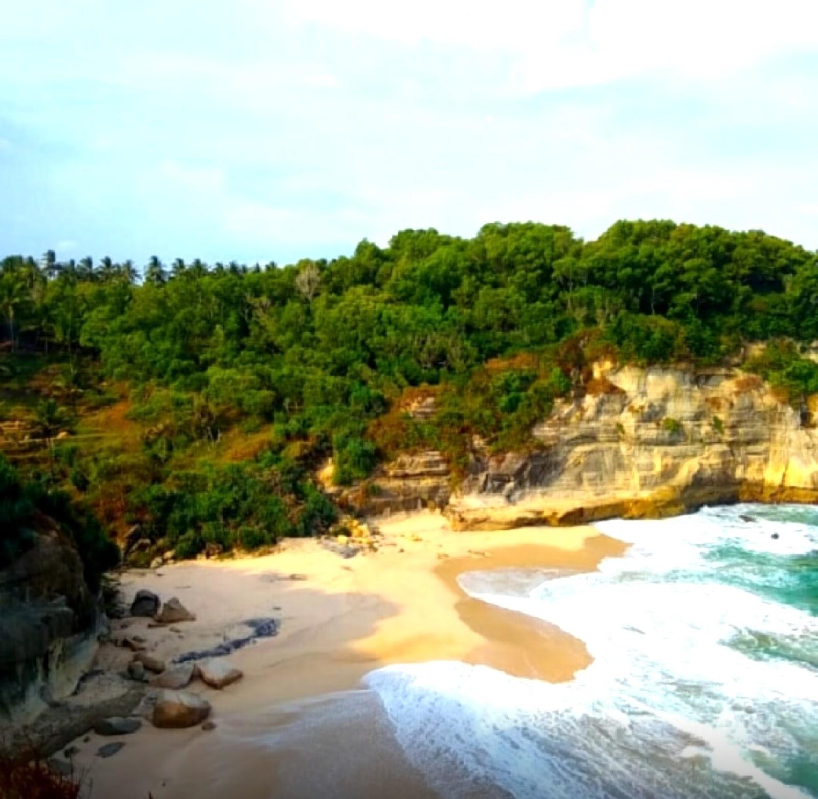11 Gambar Pantai Seruni Pacitan Jawa Timur, Rute+Lokasi dan Harga Tiket Masuk