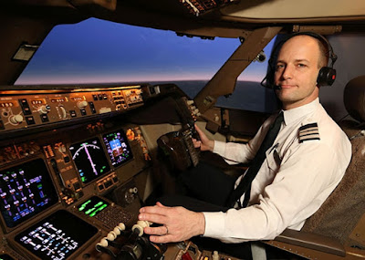 Captain-politely-with-the-passengers-on-the-plane-to-the-last-minute