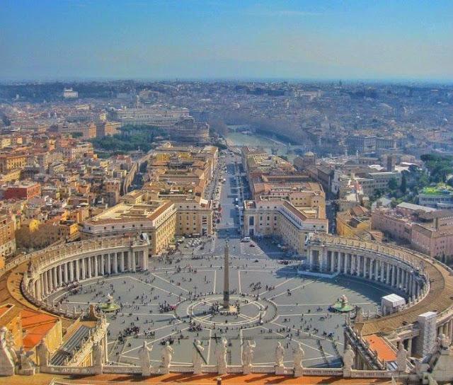 Vistas desde la cúpula de la Basílica de San Pedro en el Vaticano - Roma