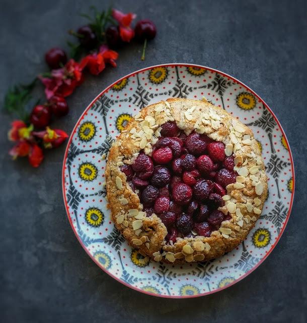 galletta rustica con ciliegie e mandorle