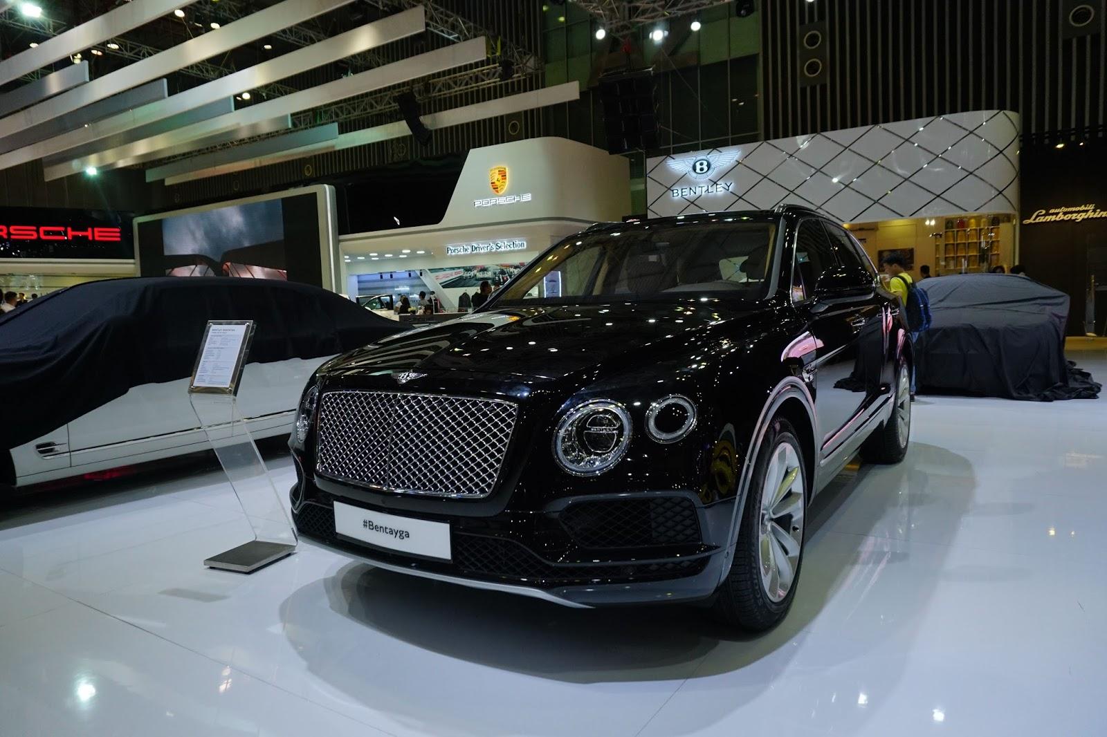 Đầu xe đậm chất Bentley với lưới mạ crom sáng bóng, đèn có khả năng tự rửa