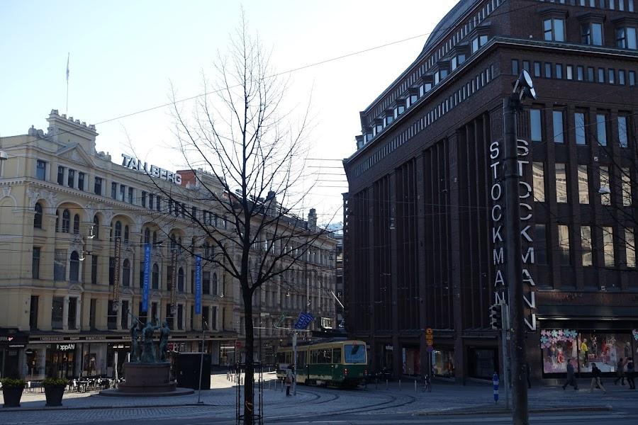 3人の鍛冶屋(Kolme seppää)の銅像とストックマン百貨店(Stockmann)