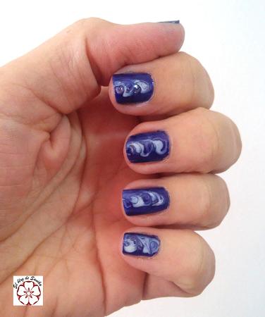 Manicura en azul y blanco