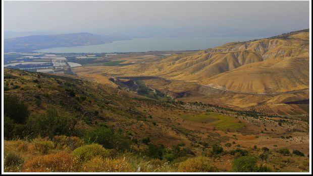 Pemandangan di dekat situs makam, Di sebelah kiri adalah Danau Tiberias israel dan di kanannya adalah Dataran Tinggi Golan (Foto: Nico Adam)