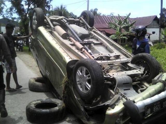 Pulang dari Acara Nikahan, Mobil Terguling di Songka Palopo